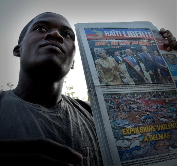Crieur hawking Haiti Liberte