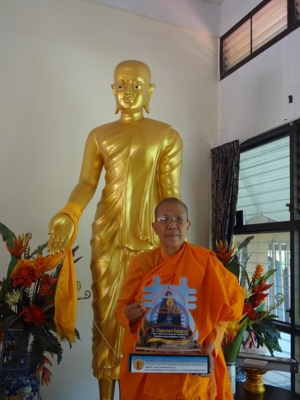 Ven.DhammanandaofThailandacceptedtheSakyamuniBuddhaInternationalAward2012.