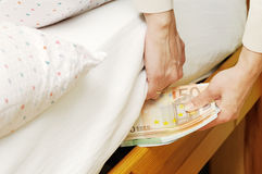 hiding-money-under-mattress-9357311