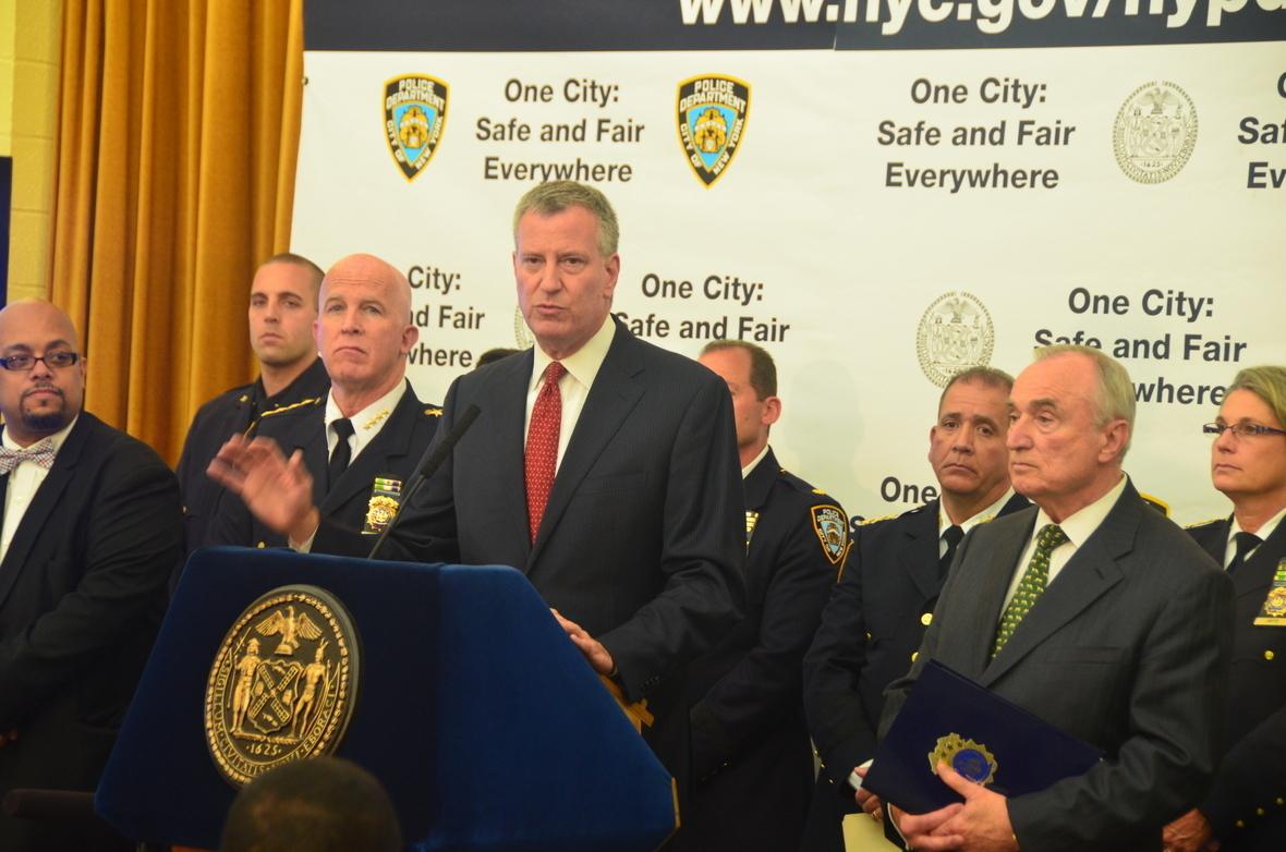 Alcalde Bill de Blasio, Comisinado Bratton dan conocer un nuevo, innovador plan de la la policia para mejorar la seguridad de los barios en New York.