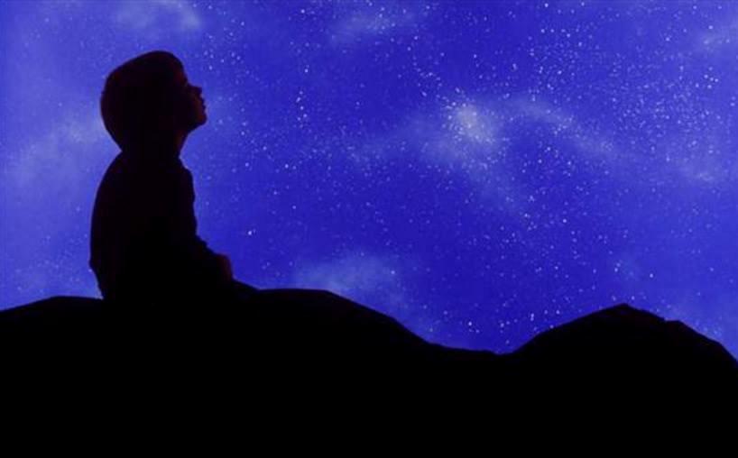 nino contemplando cielo