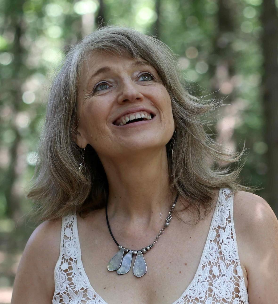 VIRGINIA GAWEL en el bosque mas recortada 2017