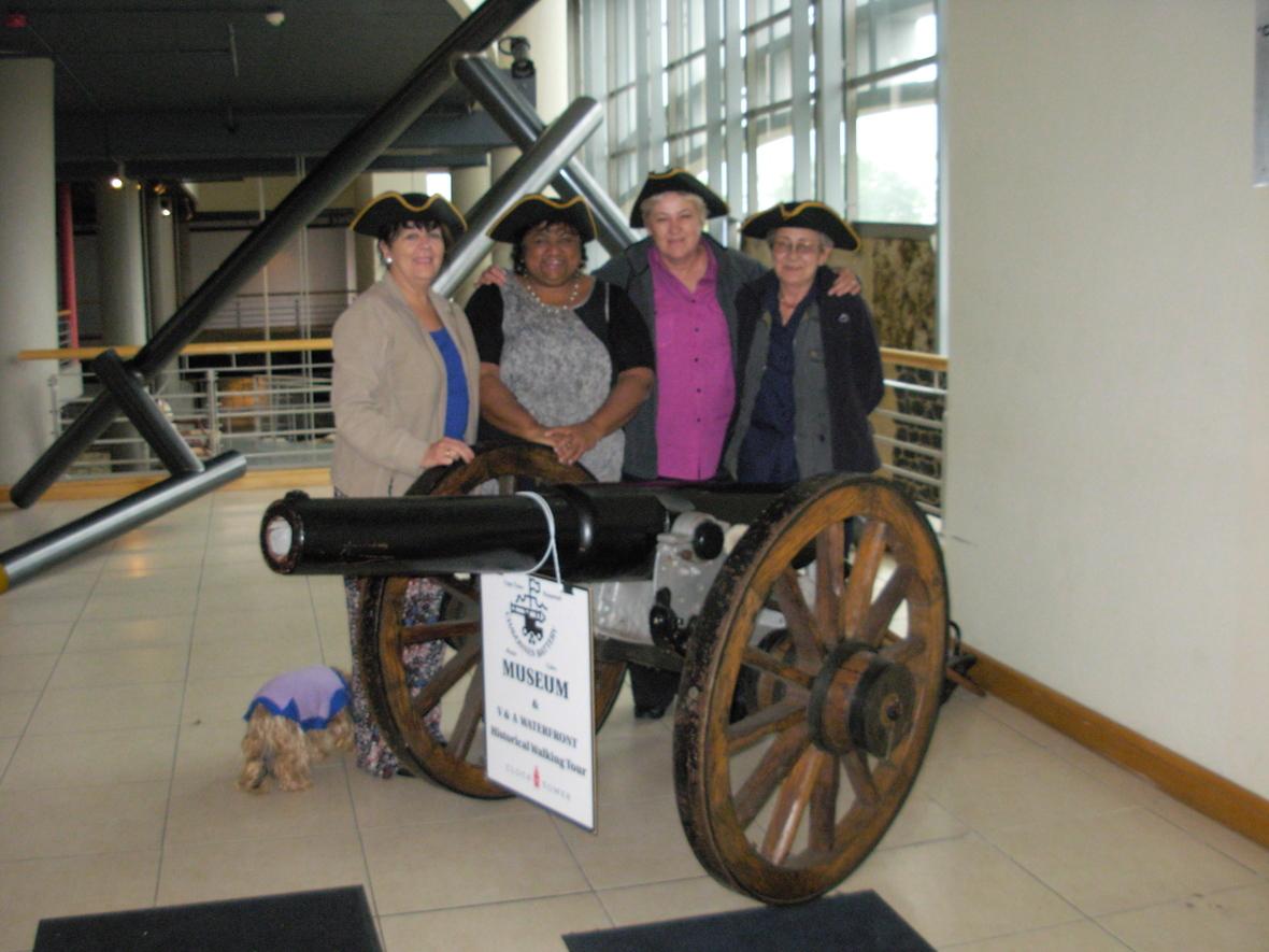 ES   VTM personeel by me Dale Dodgen  direkteur van die Chavonnes Battery museum  Dale