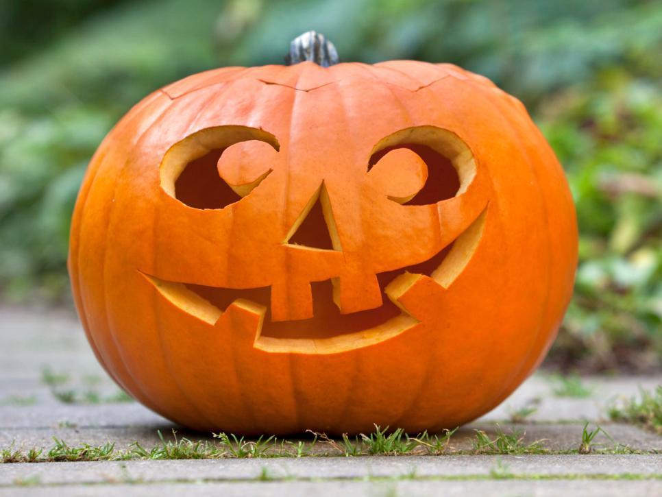 iStock-10761186 halloween-pumpkin-in-garden s4x3.jpg.rend.hgtvcom.966.725