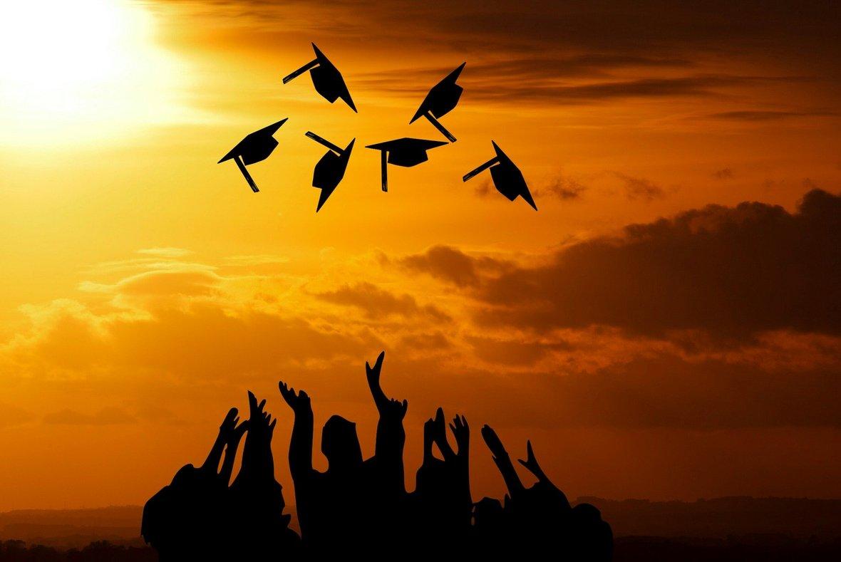 graduation-3649717 1920