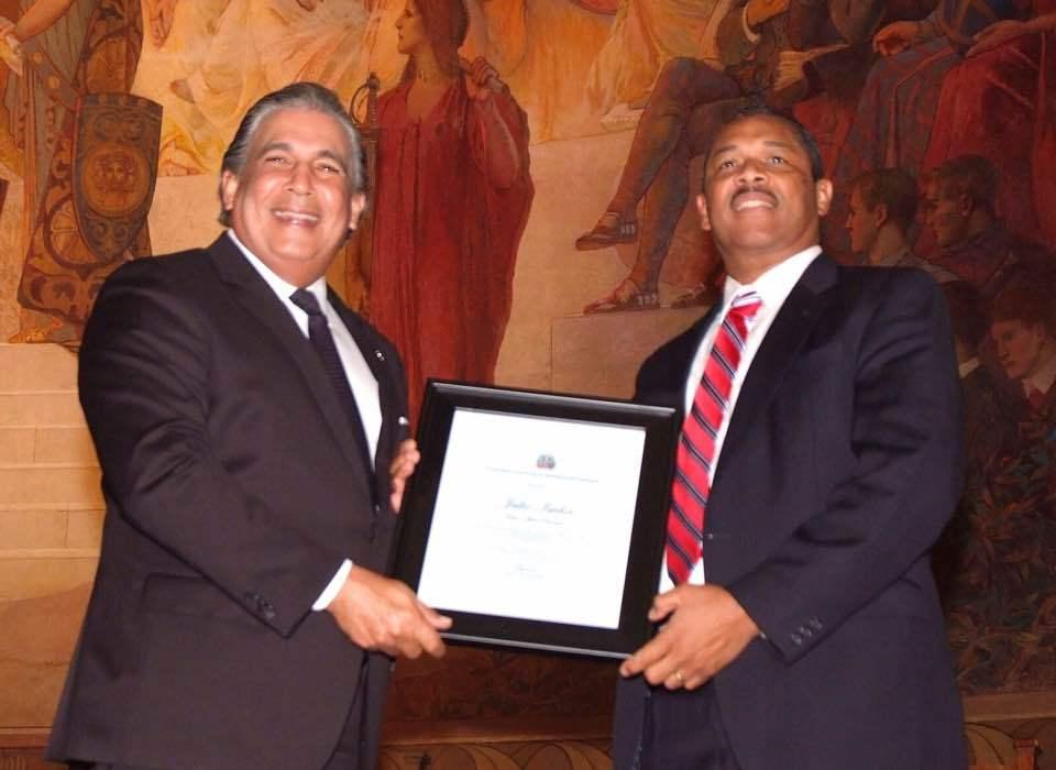 Cónsul Castillo reconoce labor comunitaria del dominicano Julio Gaspar Isidor