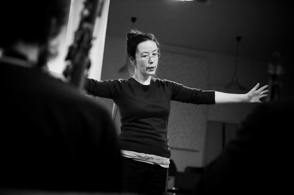 Alison Blunt rehearsing with Berlin Improvisers Orchestra. Photo c Norbert Artner 2011