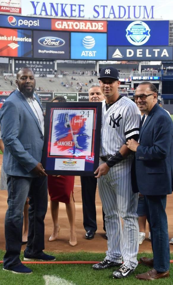 Vladimir Guerrero entrega premio a Gary Sánchez como jugador del año de Latino Baseball
